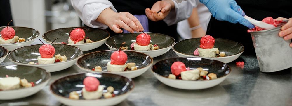 Desserter läggs på ett stort antal tallrikar.