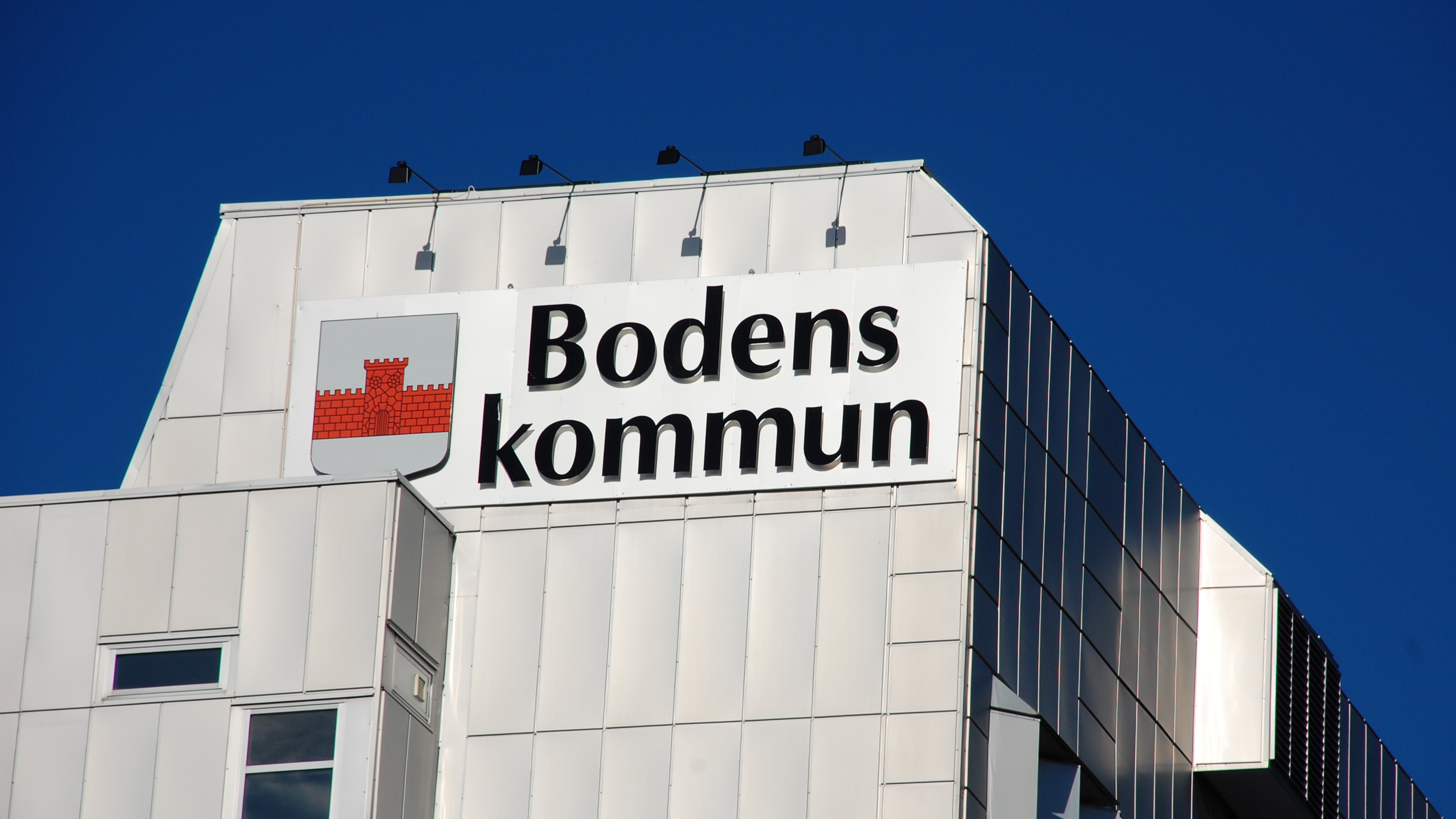 Fasad på stadshuset med Bodens kommunvapen.