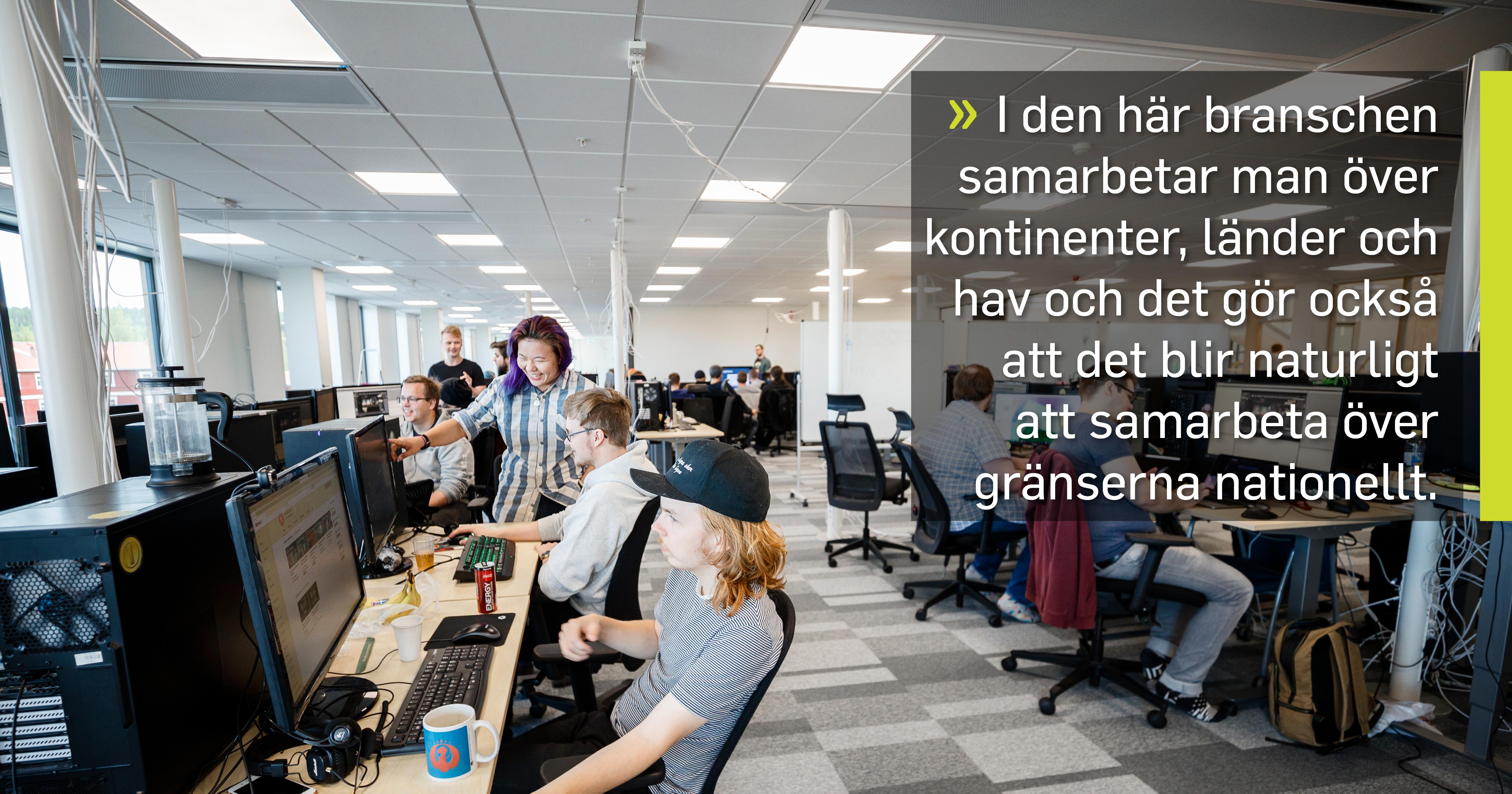 Studenter på Boden Gamecamp vid datorn med citat: I den här branschen samarbetar man över kontinenter, länder och hav och det gör också  att det blir naturligt att samarbeta över gränserna nationellt, säger Emil Sandberg