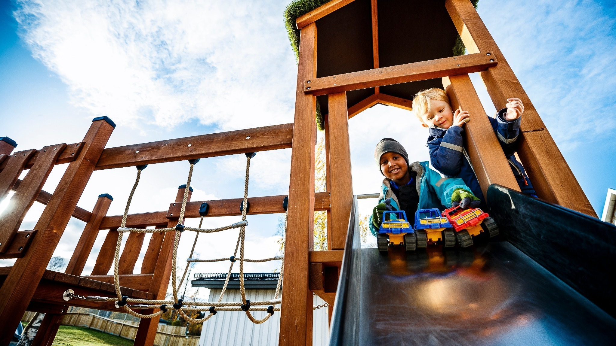 Barn som leker i en rutschkana.