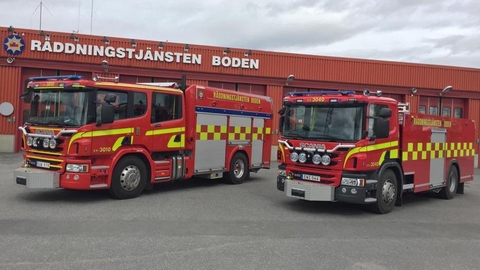Två brandbilar framför räddningstjänsten i boden