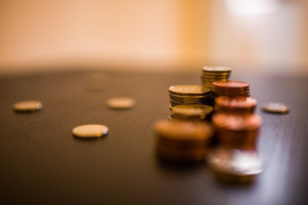 Mynt travade i flera högar.