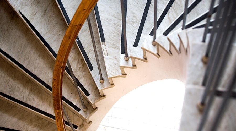 Detaljbild på spiraltrappa.