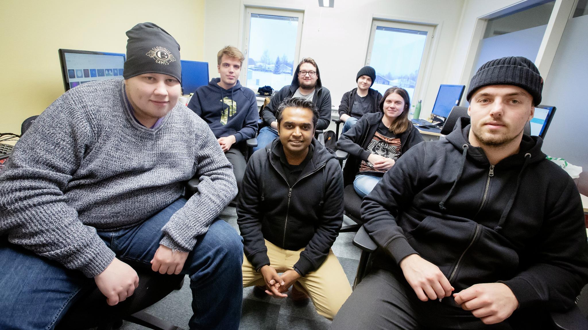 Vineeth Yogidas Sethu, exekutiv producent på Glorious Games, på besök i Sävast för att introducera de sex studenter som ska göra praktik på bolaget.