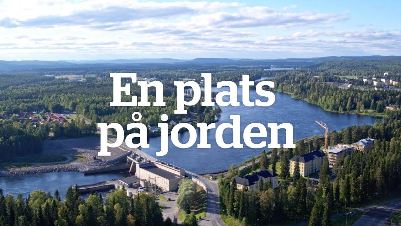 Flygfoto över vattenkraftsdamm i älv. Text i bilden säger: En plats på jorden.
