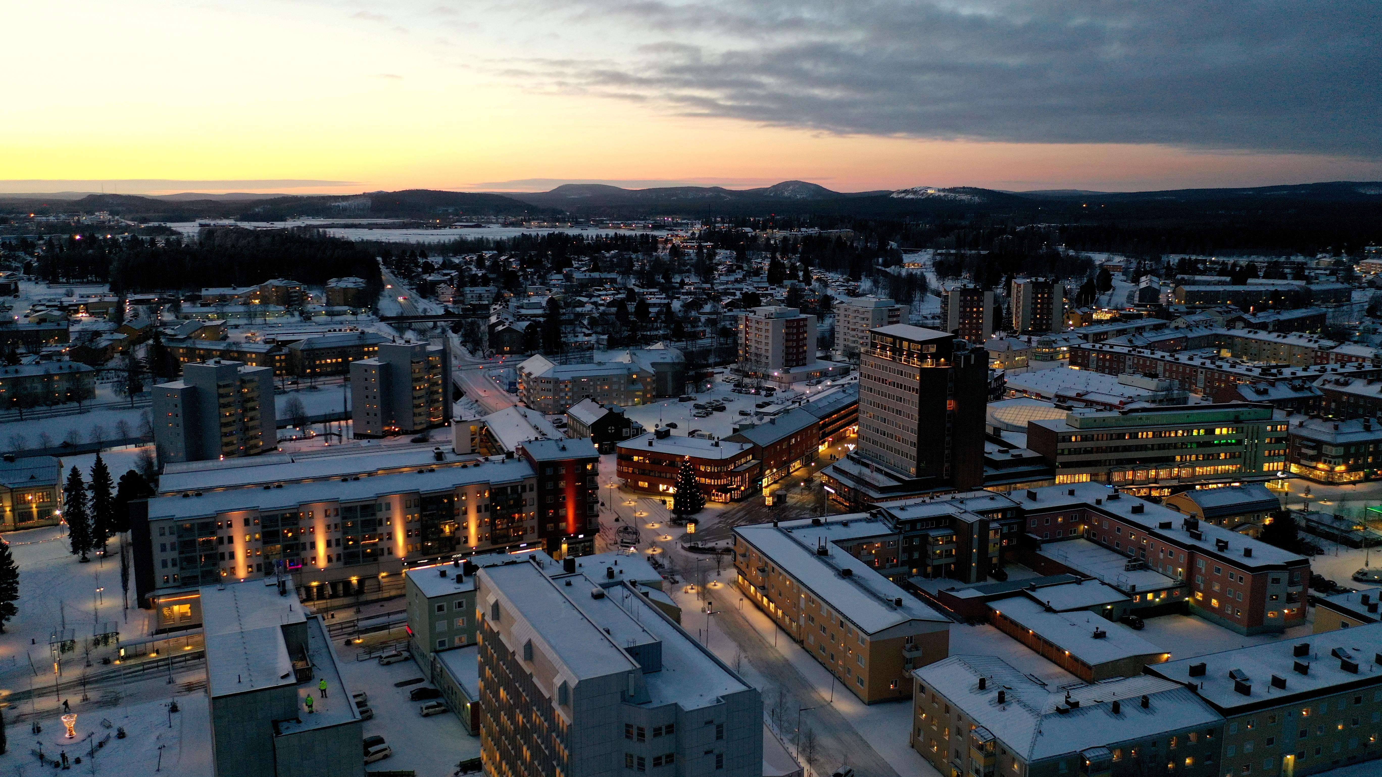 Flygfoto över Boden centrum en vintermorgon, fotat från kyrkgatan med utsikt över bägge stadshusen, hotell Bodensia och Swedbank-huset.