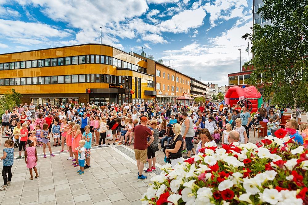 Folksamling i stadsmiljö.