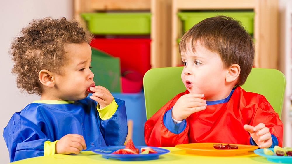Förskolebarn som äter