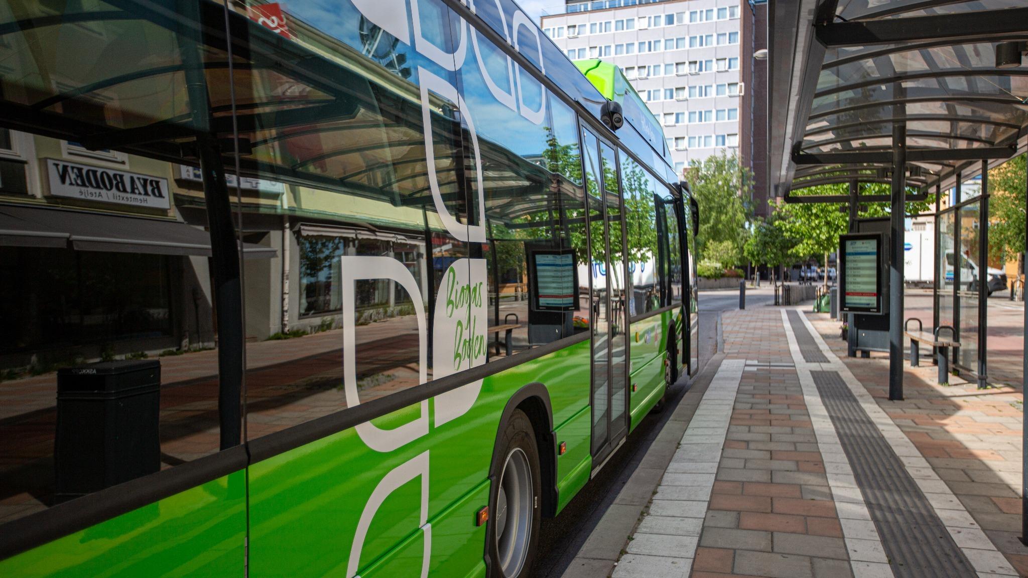 En grön buss som står vid busshållplatsen i Boden centrum.
