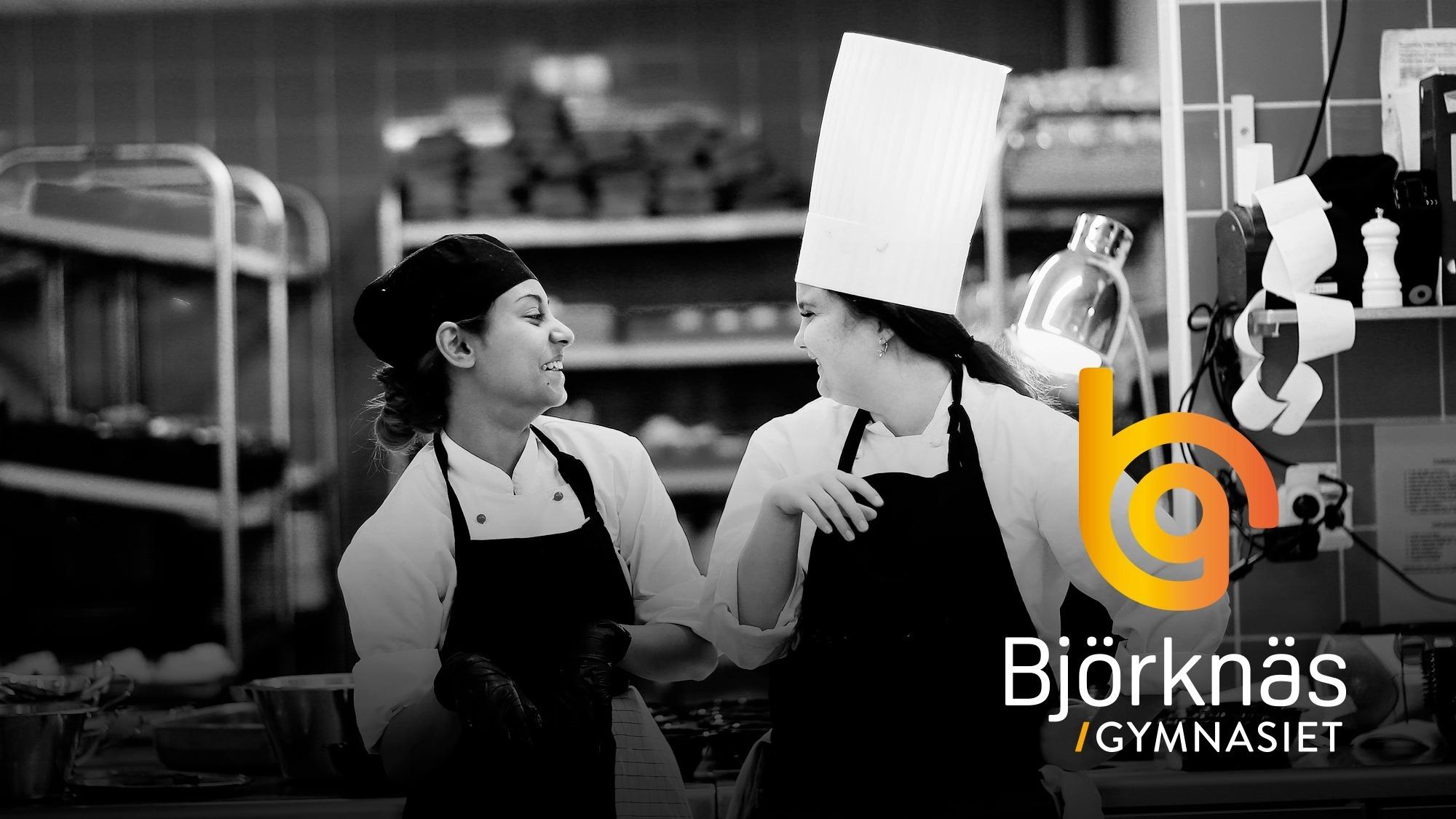 Två tjejer som går restaurang och livsprogrammet som står och skrattar i kockkläder i köket. Grafik med Björknäsgymnasiets logotyp.
