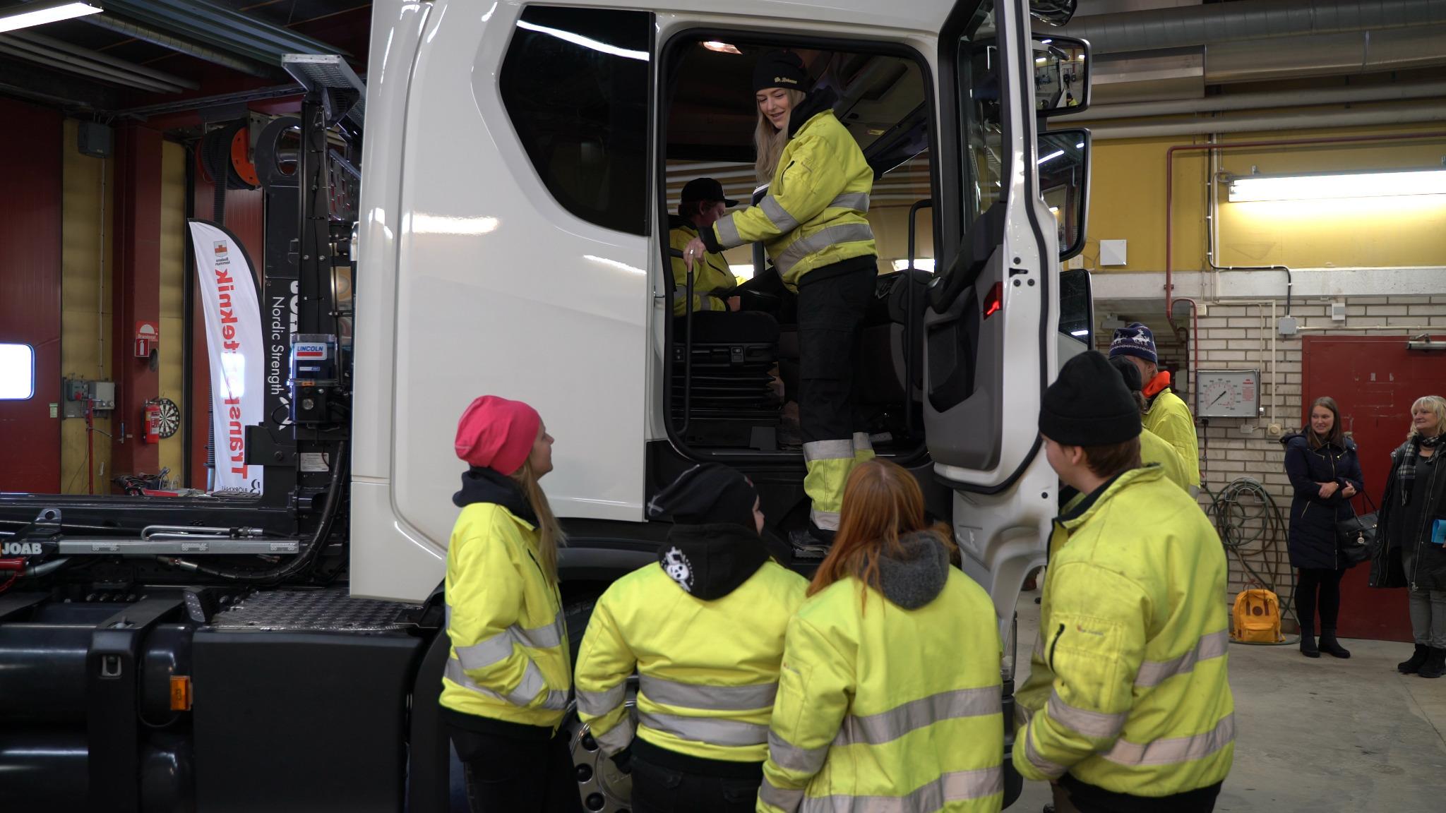 Elever på fordons- och transportprogrammet kollar in den nya lastbilen för första gången.