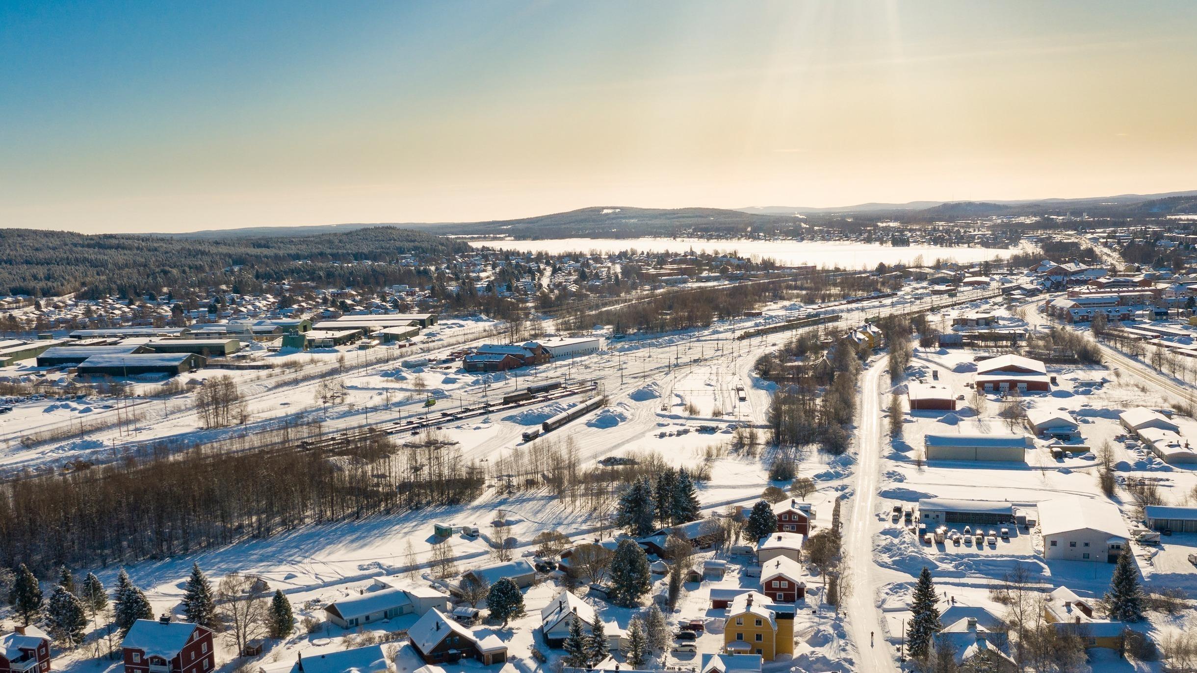 Flygfoto som visar del av Björkelund och järnvägen.