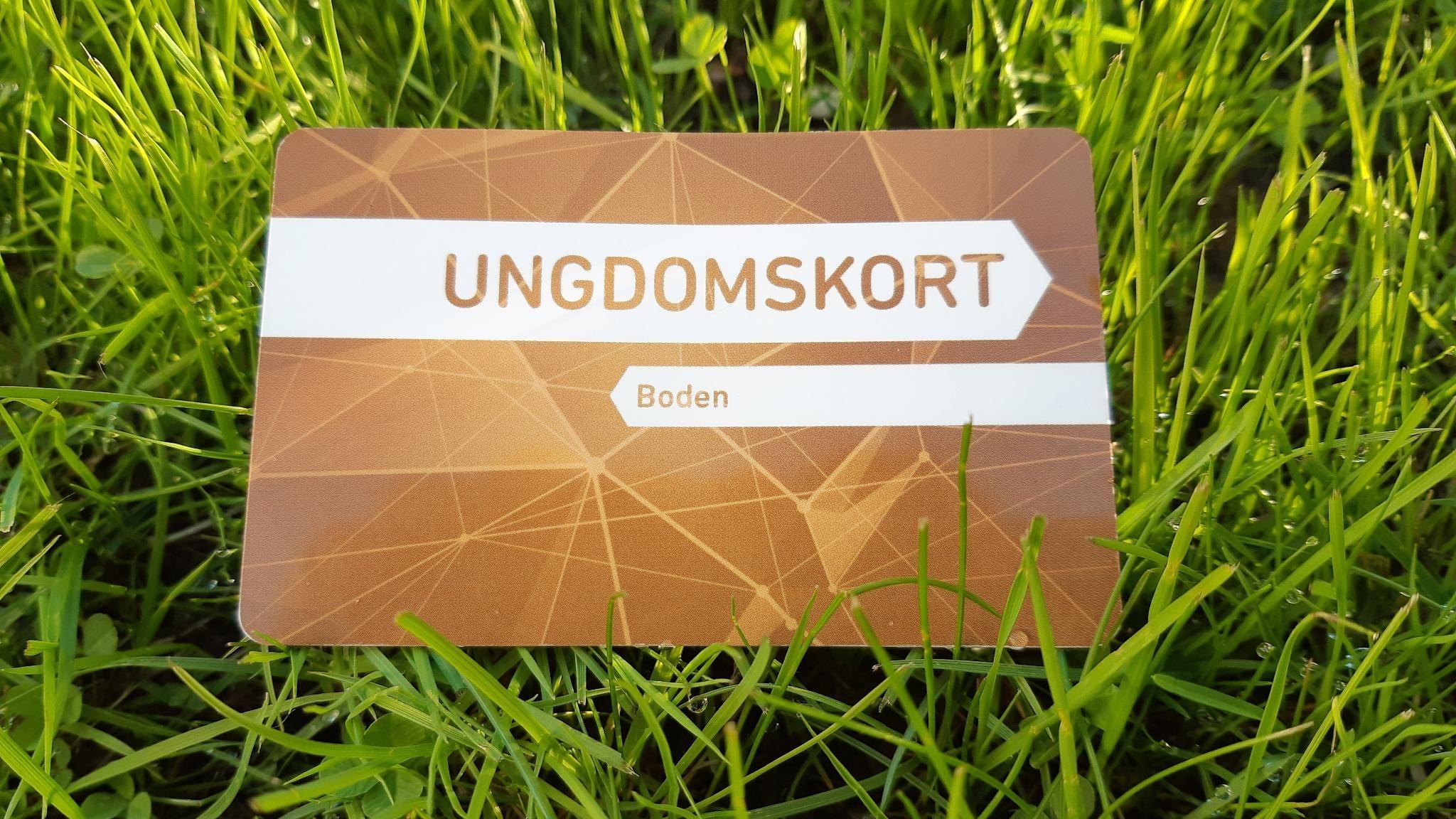 Bild på kort liggande i gräs. Texten Ungdomskort, Boden står på kortet.