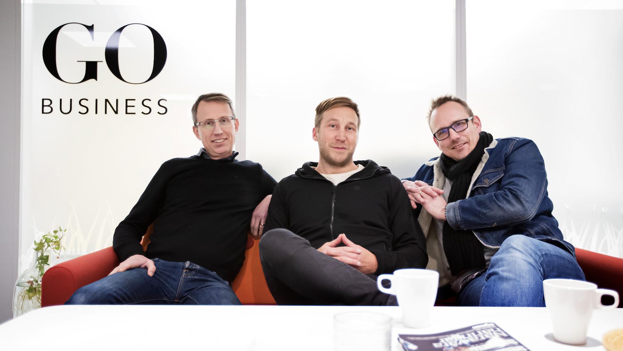 Thomas Lindgren, Mattias Bergqvist och Peter Zetterberg sitter i soffa och tittar in i kameran.