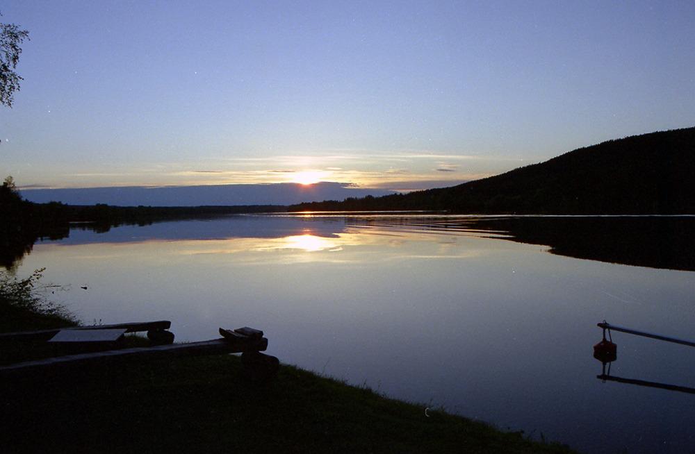 Solnedgång över sjö.