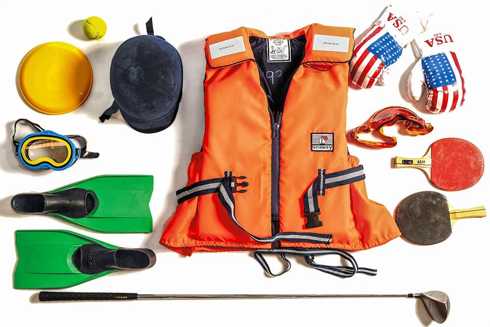 Ett stort antal olika typer av utrustning för fritidsaktiviteter.