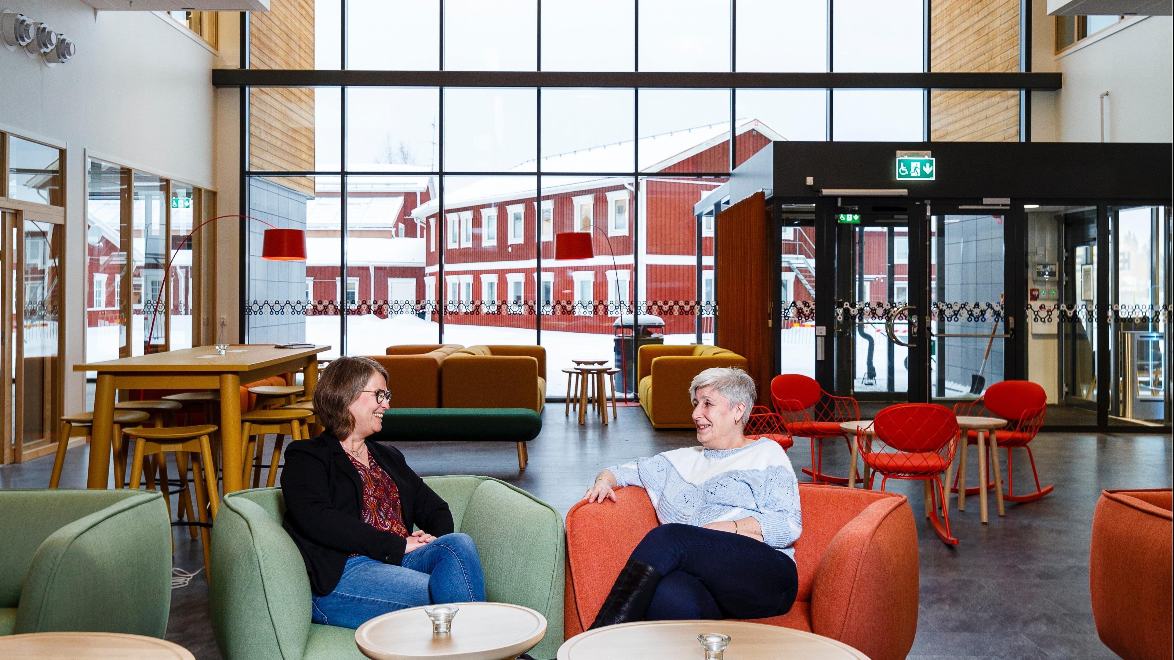 Anna-Karin Andersson, projektansvarig för Verkstan, och Inger Lundberg, tillförordnad upphandlingschef på Bodens kommun. De båda kvinnorna sitter i varsin fåtölj och samtalar.