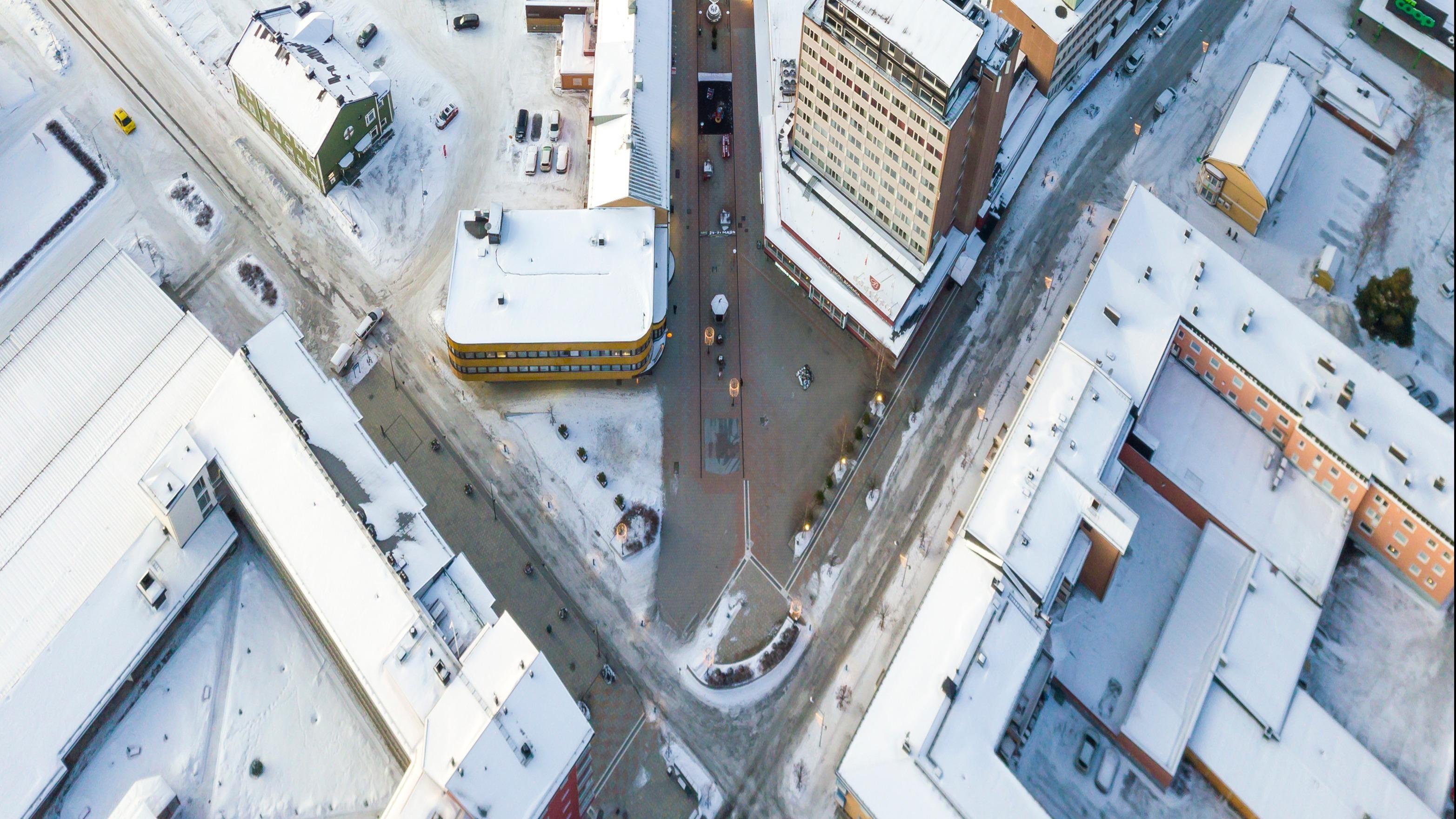 Flygfoto över korsningen mellan kyrkgatan och kungsgatan i Bodens centrum.