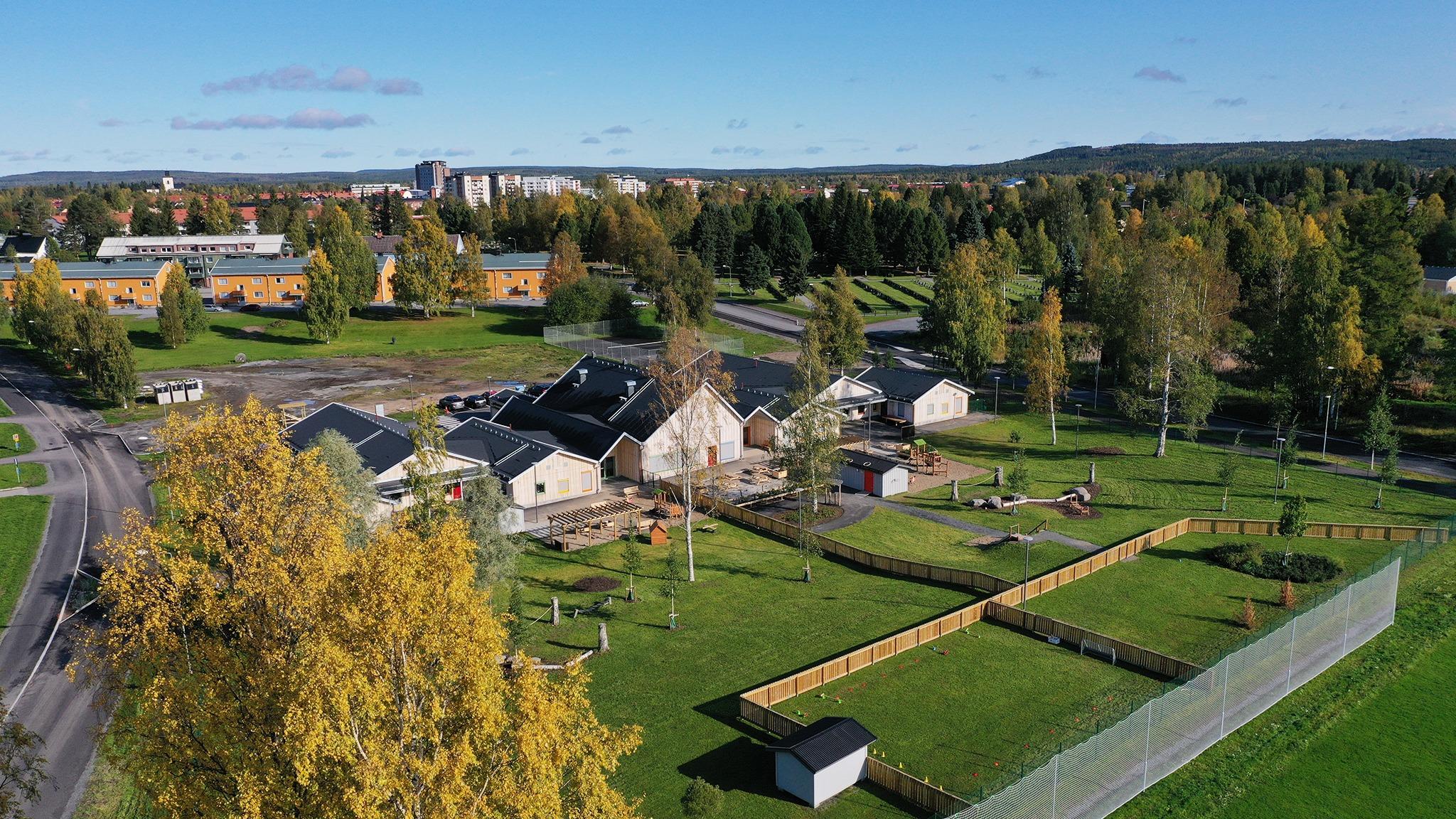 Björkdungens förskola med omvigande lekplats och närmiljö.