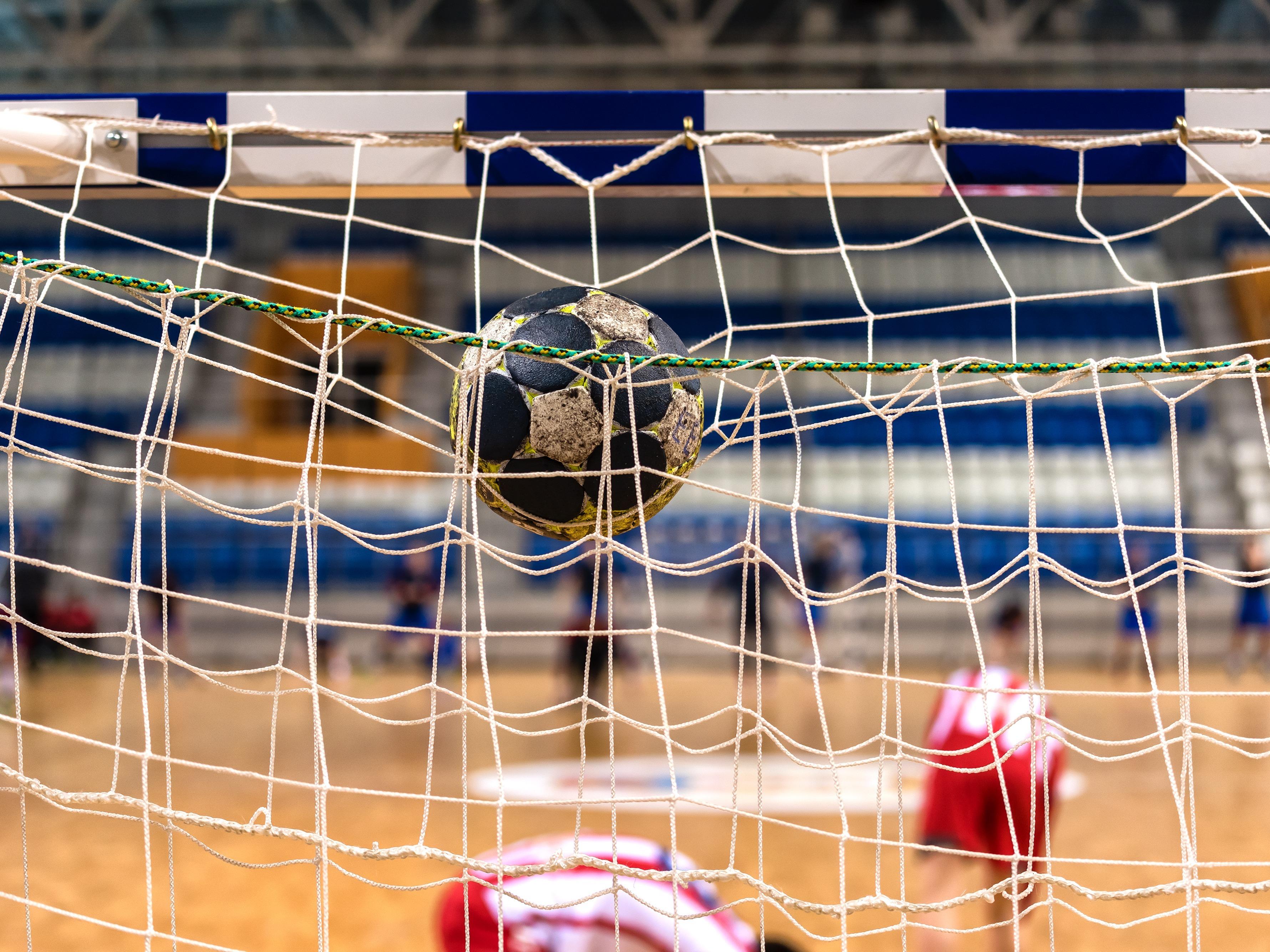 En handboll som är ovanpå målet